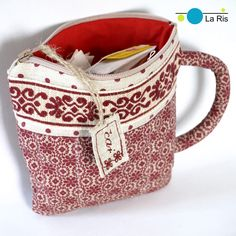 Pro milovníky čaje (staročeská kolekce) Milujete vůni čajů a ten pocit klidu a pohody, když si ráno dáváte šálek čaje povzbuzujícího zeleného, po obědě voňavého ovocného, a večer se těšíte na relaxaci u čaje levandulového? Dokola a znova přemisťujete spoustu krabiček, pytlíčků nebo jiných balení, když zrovna hledáte ten pravý čajik? Kapsička na čaje v ...