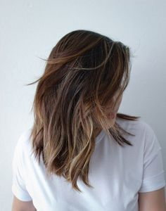 ideas for hair color medium length balayage brunettes subtle highlights Subtle Balayage Brunette, Sombre Hair Color, Brunette Ombre, Subtle Balyage, Subtle Ombre Hair, Medium Hair Styles, Curly Hair Styles, Shoulder Length Hair, Bad Hair