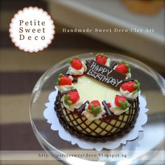 Miniature Vanilla Cake with Strawberry and por PetiteSweetDeco
