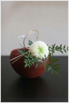 Ikebana Arrangements, Floral Arrangements, New Years Decorations, Flower Decorations, Flower Show, Flower Art, Arreglos Ikebana, Valentine Flower Arrangements, Contemporary Flower Arrangements