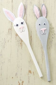 Your kids will love this cute Easter DIY. All you need for these Easter bunny spoons is wooden spoons, acrylic paint in white and grey, round goggly eyes, one sheet of white, grey and pink felt, a black permanent pen, and strong glue. #EasterDIY