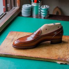 TYE shoemaker @tyeshoemaker Picture courtesy of @tyeshoemaker #bespokemakers https://www.instagram.com/p/BMpvZv4Dgx-/