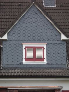 Schieferverkleidung einer Dachgaube mit roten Fensterläden von Dachdeckermeister Jürgen Altenburg in Wuppertal (42349) | Dachdecker.com