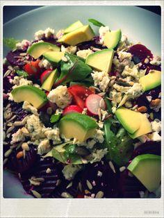 Bunter Salat mit rote Beete und bleu d'Auvergne