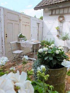 56 Ideas Shabby Chic Garden Ideas Backyards Old Doors For 2019 Small Backyard Gardens, Garden Spaces, Small Gardens, Outdoor Gardens, Backyard Patio, Dream Garden, Garden Art, Garden Design, Shabby Chic Garden