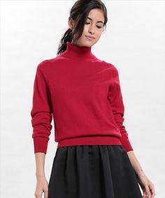 フレアスカートとタートルネックのきわめてシンプルなコーディネート。シンプルな装いですが、ヘアスタイルにニュアンスをもたせることによって、女性らしく、華やかでキュートな印象に。