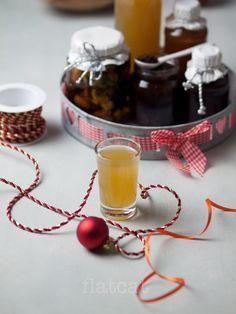 Pici csalás azért van a címben, mivel ezek nem mind ajándékba, hanem inkább házi felhasználásra készültek, de igazából s.k. karácsonyi gasztroajándéknak is kitűnőek. Mindegyik percek alatt elkészül, és mégis különleges a végeredmény. A fűszeres almalikőr nálunk leginkább a szenteste előkészületeit hivatott megkönnyíteni, a narancsos szirup pedig a kisfiam nagy kedvence palacsintára, sőt, ha nem figyelünk …