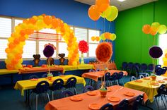 LORAX BDAY PARTY - colours of table cloths, balloons arch