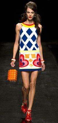 Anos 60 estão de volta: clima retrô toma conta do desfile da Moschino - moda - Gloss