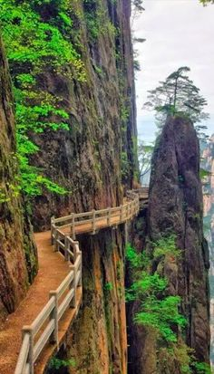 High path in the Huangshan mountains of Anhui province, eastern China • photo: JipingBai on Flickr
