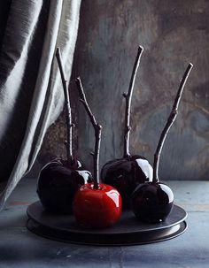 Très maléfique, la pomme d'amour noire. Facile à réaliser, il suffit de la recouvrir d'un manteau de caramel noir brillant comme un miroir et profond comme une nuit de Halloween. L'astuce ? S'équiper d'un colorant alimentaire pour sucre cuit de couleur noir. Voir la recette de la pomm...