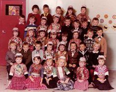 Marken klassefoto 1966 een paar kinderen nog in klederdracht. Vanaf zo ongeveer 1984 zie je ineens niemand meer in klederdracht...