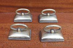 Cuatro tiradores en metal dorado, 22 €