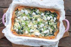 Deze spinazieschotel met zoete aardappel en geitenkaas is makkelijk om te maken en ontzettend lekker. Een fijne ovenschotel voor op doordeweekse dagen.