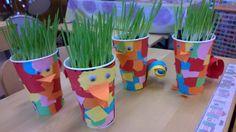 Rairuohokupit; revittyjä paperineliöitä liimattu pahviseen limsamukiin, pyrstö kihartamalla paperisuikaleita, nokka ja liikkuvat silmät liimattu. Why Try, Classroom Projects, Easter Crafts For Kids, Sparklers, Spring Crafts, Planter Pots, Kindergarten, Recycling, Projects To Try