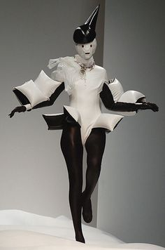 WildGoddess: why oh why didn't i start a Gareth Pugh board? he is so damn creative! via showstudio: Gareth Pugh - Ruth Hogben reference image Fashion In, Weird Fashion, Couture Fashion, Fashion Show, Womens Fashion, Fashion Trends, Young Fashion, Moda Fashion, Latex Fashion
