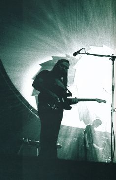 A very atmospheric shot of Dave Gilmour amid the Pink Floyd light show Classic Blues, Classic Rock, Musica Punk, David Gilmour Pink Floyd, Roger Waters, Boogie Woogie, Progressive Rock, Popular Music, Great Bands