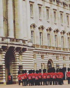 Change of guards! London Buckingham Palace  #london #londonlife #london_only #royals #travel #traveling #travelingram #buckinghampalace #viajosola #viajoalmundo #traveltheworld #traveltherenext #ilovemylife #lovetotravel #lovelondon # by angelagiriola