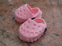 Adorable fondant Crocs for top of cake by Millye.