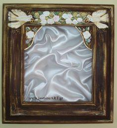 Στεφανοθήκη Περιστέρια με Βέρες  Χειροποίητη ξύλινη στεφανοθήκη με ζωγραφισμένα περιστέρια που κουβαλάνε τις βέρες και τριανταφυλλάκια. Διαστάσεις: 31Χ33 cm  Τιμή: 89.00€