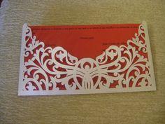 Convite fino e delicado, em papel rendado!  Feito em papel color plus metálico (envelope) e vergê (convite).  Texto do convite e cores ficam a critério do comprador.  Consulte-me sobre as cores disponíveis! R$ 5,90