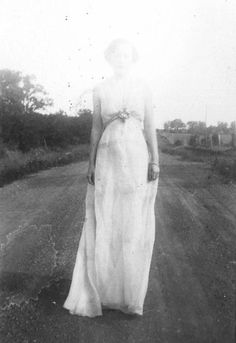 I love old photos like this Vintage Photography, White Photography, Ghost Photography, Beauty Photography, Photography Ideas, Fashion Photography, Old Photos, Vintage Photos, Antique Photos