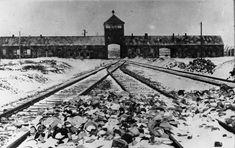 Blick von der Zugrampe innen auf die Haupteinfahrt des KZ Auschwitz-Birkenau, 27. Januar 1945