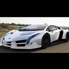 """Het merk Lamborghini komt uit Italië. En Lamborghini heeft vele modellen van, het merk onderranden deze de Veneno Roadster. Die zie je hierboven. Hij is eind 2013 op de markt gekomen hij kost 3,3 miljoen euro. Hij heeft een 6,5_liter V12 motor en dat houd in: V12 motor  Een V-motor is een type verbrandingsmotor met als kenmerk dat twee cilinders of rijen cilinders in een """"V""""-vorm ten opzichte van elkaar en van de krukas staan"""