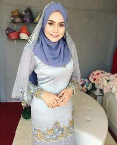 wanita muslimah #wanitamuslimah | hijabis editorial #hijabiseditorial Abaya Fashion, Muslim Fashion, Fashion Outfits, Fashion Muslimah, Women's Fashion, Beautiful Muslim Women, Beautiful Hijab, Teen Girl Poses, Hijab Fashionista
