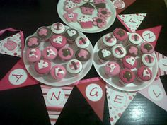 Cupcakes y galletitas de manteca en rosa y chocolate
