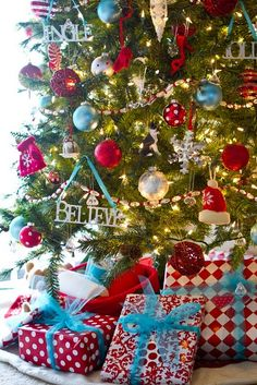 @Brittany McGrain I LOVE this tree - think it combines the best of the turquoise and the traditonal red! Beautiful Christmas Trees