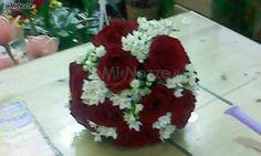 http://www.lemienozze.it/gallerie/foto-fiori-e-allestimenti-matrimonio/img31227.html Bouquet sposa a palla di rose rosse