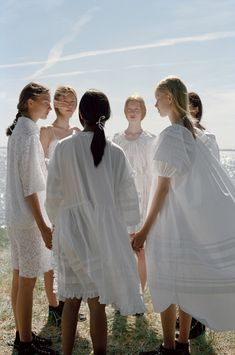 Cecilie Bahnsen creates luxury clothing with a relaxed and timeless style, between haute couture and ready-to-wear. Fashion Photography Inspiration, Chor, Dress For Success, Timeless Fashion, Ethereal, Boho Fashion, Daily Fashion, Street Fashion, Fashion Shoes