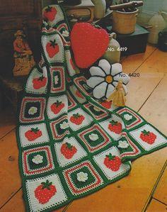 Quadro Crochê Morango Clássica  -  /   Vintage Crochet Strawberry Box -