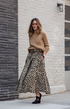 Olivia Palermo with the wide leopard print skirt - Outfits for Work Mode Outfits, Skirt Outfits, Fall Outfits, Fashion Outfits, Fashion Dresses, Skirt Fashion, Stylish Outfits, Sneakers Fashion, Animal Print Skirt