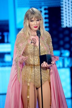 Watch Taylor Swift's Artist of the Decade Speech at AMAs 2019 (Video): Photo Taylor Swift focused only on positivity during her acceptance speech at the 2019 American Music Awards while being presented with the Artist of the Decade Award. Taylor Swift Legs, Taylor Swift Pictures, Taylor Alison Swift, American Music Awards, American Singers, Taylor Swift Acceptance Speech, Rachael Taylor, Carole King, Old Singers