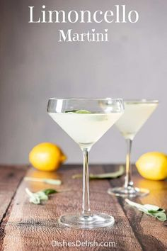 This limoncello martini has 3 ingredients: vodka, limoncello and lemon juice! Add some sage leaves and the longer they float in the drink, the tastier this cocktail gets. Drinks With Lemoncello, Limoncello Martini, Limoncello Recipe, Homemade Limoncello, Prosecco Cocktails, Vodka Martini, Cocktail Drinks, Martinis, Liquor Drinks