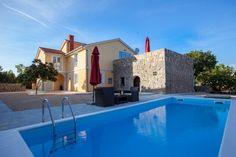 Villa Mediteran in Krk Stadt: 4 Schlafzimmer, für bis zu 10 Personen, ab 1450 € pro Woche. Luxus-Villa mit Swimmbecken und 30% Rabatt für Mai und Juni 2016. | FeWo-direkt