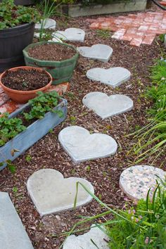 Rooted In Thyme: heart shaped stepping stones. I'd love these stepping stones in my garden. Diy Garden, Garden Crafts, Garden Projects, Garden Paths, Garden Art, Garden Design, Diy Projects, Garden Stepping Stones, Concrete Stepping Stones