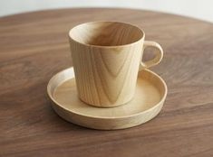 Kami Wooden Mug made from the rare Castor Aralia tree grown in Hokkaido, Japan. Each mug is hand shaped by master woodworker Takahashi Kougei, who is able to turn it down to 2 millimeters thick. Wood Projects, Woodworking Projects, Wood Mug, Dining Ware, Hand Shapes, Wood Creations, Mug Cup, Wood Turning, A Table