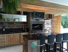 Receba seus amigos em um espaço legal e sem medo de ousar. Este projeto contempla uma ilha para o fogão com base em tijolos, inserção de ladrilhos hidráulicos na parede e uma divisão com o ambiente externo de cobogós amarelos. Além dos elementos em madeira, espelhos no móvel e da vegetação que tornam este ambiente único! #NBWarq #decor #espaçogourmet #instadecor #cobogo #SonharAcreditarRealizar