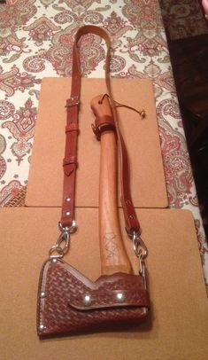 My Husqvarna carpenters axe with a new Sheath and sling. Sewing Leather, Leather Pattern, Leather Craft, Axe Sheath, Knife Sheath, Throwing Axe, Bushcraft Knives, Craft Bags, Leather Projects