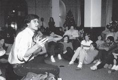 En 1982, con alumnos de la Universidad de Stanford. Foto Diana Walker