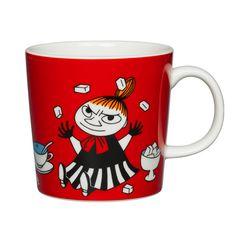 Arabian punaista Pikku Myy -mukia somistaa hauska printti, jossa Pikku Myy jonglööraa sokeripaloilla mustavalkoisessa mekossa. Keraamisella mukilla on valkoinen kahva ja sisäpuoli, ja sen tilavuus on 3 dl.