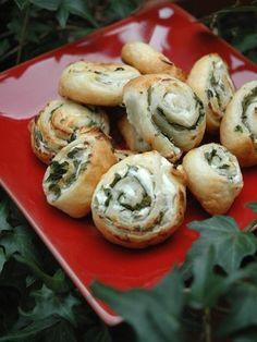 Mini feuilletés fromage - basilic 1/ Dérouler une pâte feuilletée au beurre 2/ Etaler une fine couche d'huile d'olive 3/ Etaler une couche de fromage à tartiner aux fines herbes 4/ Enrouler la pâte 5/ Découper des tranches d'environ 1cm 6/ Badigeonner d'un mélange jaune d'oeuf + 1 cc de lait 7/ Enfourner 15 minutes à 200°. Surveiller la cuisson qui peut varier d'un four à l'autre. J'ai retourné les feuilletés à mi-cuisson pour que le doré soit homogène.