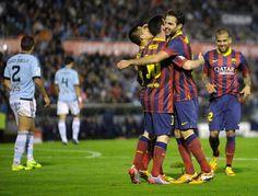 El Barcelona festeja un gol de Cesc Fábregas en partido de la Liga española en campo del Celta de Vigo el 29 de octubre de 2013