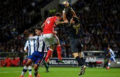 ultrapassa Nélson Semedo e remata para a baliza, com Ederson (até esse momento o melhor do Benfica) a não ficar muito bem na fotografia, pois deixa a bola passar entre o corpo e o poste direito da baliza.