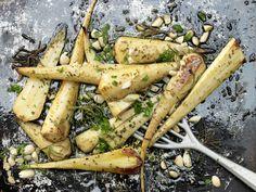 Gebackene Pastinaken - mit Mandeln und Rosmarin - smarter - Kalorien: 192 Kcal - Zeit: 25 Min. | eatsmarter.de Sehen diese Pastinaken nicht köstlich aus?