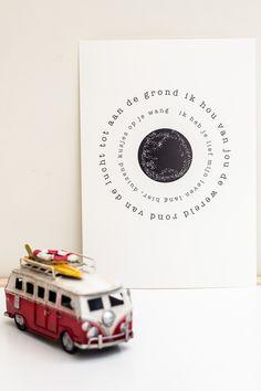 Gedicht poster: Wereld A3. Gedicht op poster. Ik hou van jou de wereld rond... Plak hem boven een bed(je) of lijst hem in. De poster is een A3 formaat. Decoratie wanddecoratie kinderkamer babykamer zwart wit