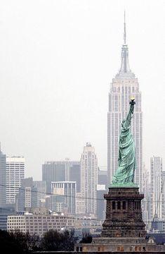 Empire State Building é visto atrás da Estátua da Liberdade, em Nova York: